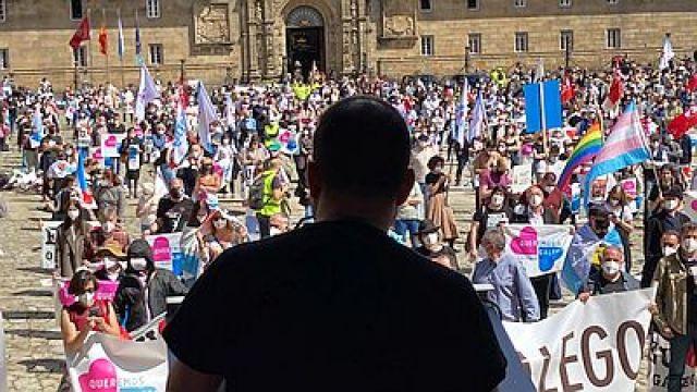 """2.000 persoas reclaman que o galego se poida empregar """"en todo e para todo""""."""